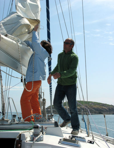 Franck guide l'affalage de la grand-voile
